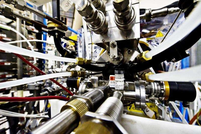 Cette petite bouteille contient la source de plomb pour le Linac 3, qui fournit des ions plomb pour les collisions au LHC. Avec ces collisions, on peut explorer des phases primitives de l'univers observable voilà 13,77 milliards d'années. © Cern