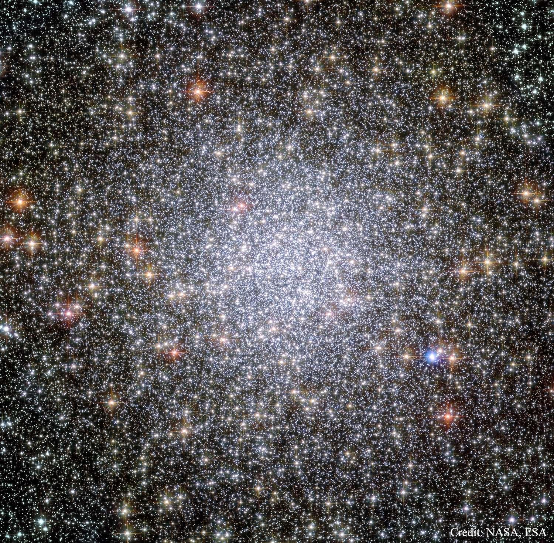 Les amas globulaires renfermeraient-ils des planètes habitables et des extraterrestres ? Ici, l'amas globulaire 47 Tucanae photographié par Hubble. Concentrant des centaines de milliers d'étoiles dans une sphère de 120 années-lumière, il gravite autour de la Voie lactée à environ 17.000 années-lumière de la Terre. Visible à l'œil nu dans le ciel austral, il est le deuxième plus brillant après Omega du Centaure. © Nasa, Esa, Hubble Heritage (STScI, Aura)