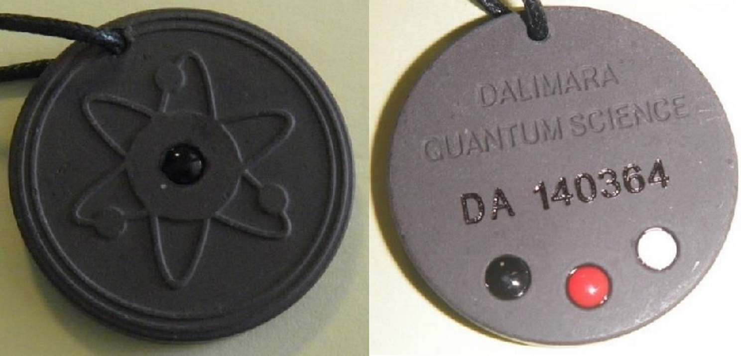 Des « pendentifs énergétiques » contrôlés par la CRIIRAD se sont avérés radioactifs. © CRIIRAD