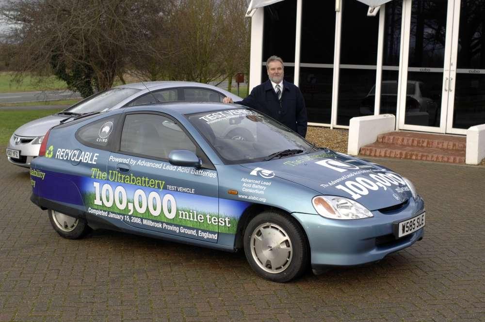 John Wright, un des responsables de la recherche, devant la Honda Insight, au terme des 160.000 kilomètres d'essais. © Advanced Lead-Acid Battery Consortium