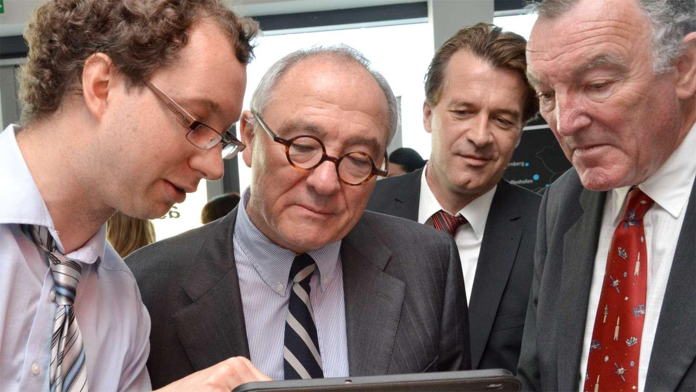 Jean-Jacques Dordain (au centre), le directeur général de l'Esa, en visite dans un Esa Business Incubation Centre, en Allemagne. © Esa, AZO