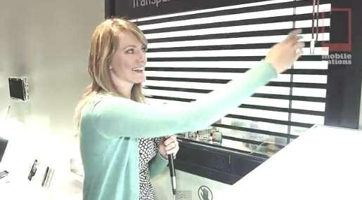 Sur son stand au CES de Las Vegas, pour épater la galerie avec sa fenêtre tactile de 46 pouces, Samsung présentait un gadget affichant un store virtuel qu'il est possible de régler pour diffuser plus ou moins de lumière extérieure. © Capture d'écran Samsung