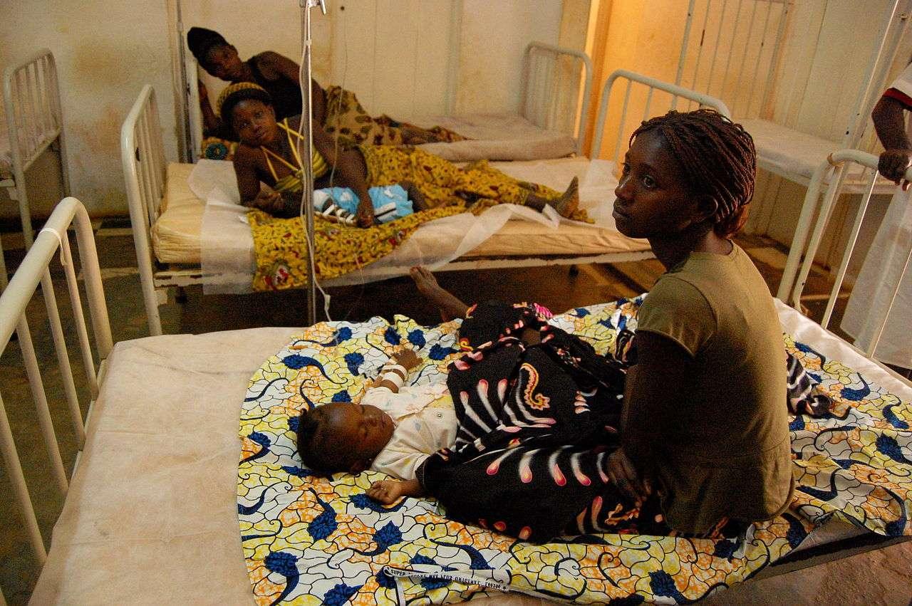 Les jeunes enfants et les femmes enceintes sont particulièrement touchés par le paludisme. © USAID Africa Bureau, Wikimedia Commons, DP