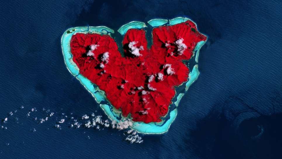 Un cœur rouge dans le Pacifique dessiné par l'île de Moorea, située à 17 km au nord-ouest de Tahiti, dans l'archipel de la Société en Polynésie française. L'image a été traitée pour la Saint-Valentin pour faire apparaître la végétation en rouge. © ESA