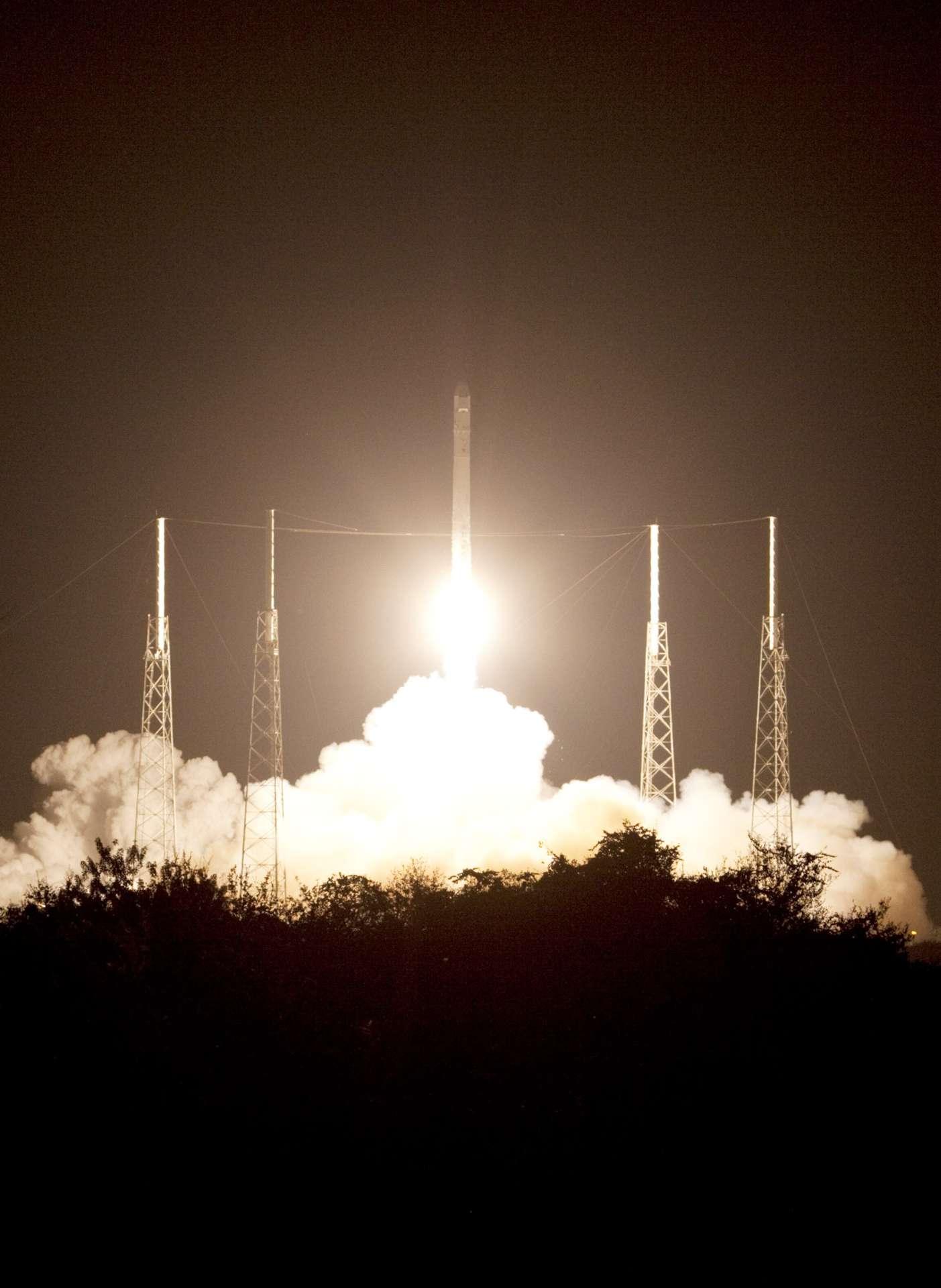 Décollage réussi pour le lanceur Falcon-9 et la capsule Dragon, dans la nuit du 7 au 8 octobre 2012. © Nasa
