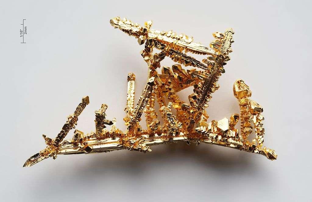 L'or fascine l'humanité depuis des millénaires. Les alchimistes à la poursuite de sa synthèse étaient bien loin de se douter qu'on l'utiliserait aujourd'hui pour concevoir des matériaux dont ils n'imaginaient même pas l'existence ou l'intérêt : des supraconducteurs. Les cristaux d'or sur cette photo ne sont pas natifs, mais artificiels. © Wikipédia, cc by 3.0