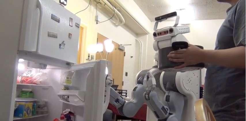 En interprétant les gestes humains pour anticiper une action, un robot équipé du système mis au point par les chercheurs de l'université Cornell pourrait aider des personnes âgées ou handicapées dans leur vie quotidienne. © Robot Learning Lab, Cornell University