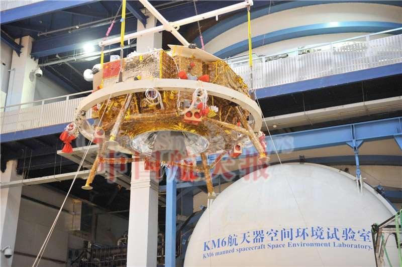 Le rover chinois Yutu (lapin de jade) vu ici sur la plateforme d'atterrissage de la mission Chang'e 3. Sa dimension excessive par rapport à la taille du rover fait dire aux spécialistes qu'il s'agit d'un modèle de série qui préfigure plusieurs autres atterrissages, dont une mission de retour d'échantillons lunaires avant la fin de cette décennie. © Emily Lakdawalla, The Planetary Society
