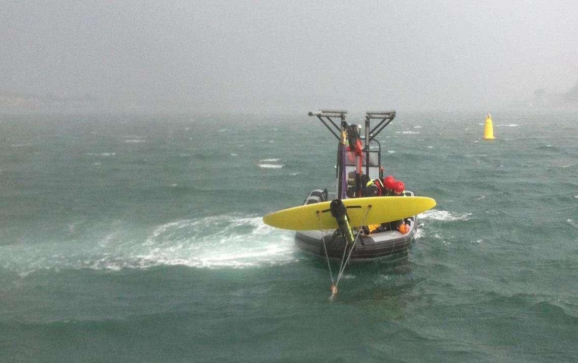 Mise à l'eau du démonstrateur Deep Green de Minesto dans le Loch Strangford (Irlande du Nord), depuis un semi-rigide spécialement équipé pour l'occasion (l'aile mesure trois mètres d'envergure). Durant les tests en cours, elle est reliée à une barge, et non aux fonds marins. © Minesto