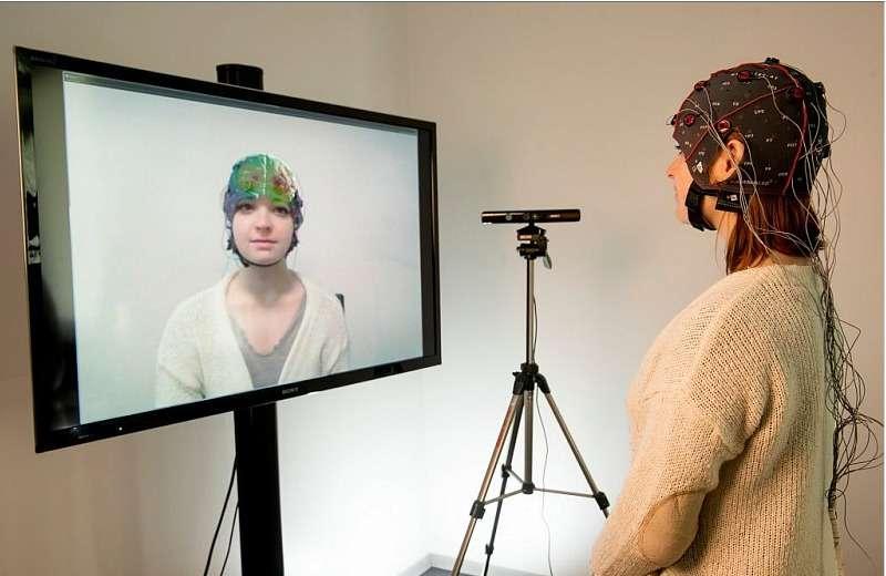 Le dispositif Mind-Mirror associe l'électroencéphalographie et la réalité augmentée. Pour superposer cette image virtuelle du cerveau, le système utilise un casque EEG, un capteur 3D Kinect et un écran sur lequel est plaqué un film argenté pour produire l'effet de miroir. © Inria, Kaksonen