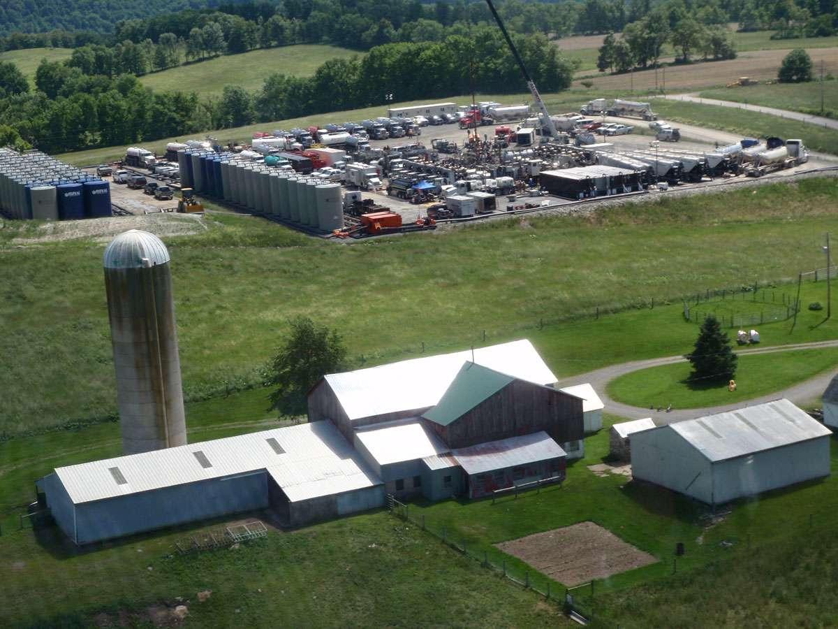 Aux États-Unis, certaines exploitations de gaz de schiste (en haut de l'image) sont situées à proximité de fermes et d'habitations, polluant au passage leurs puits d'eau potable, du moins dans les cas répertoriés par Robert Jackson. © Robert Jackson