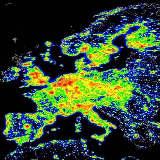 Carte de la pollution lumineuse européenne. Institut des Sciences et Technologies de la pollution lumineuse (Italie). Les régions préservées sont en bleu foncé. Les plus polluées en rouge.