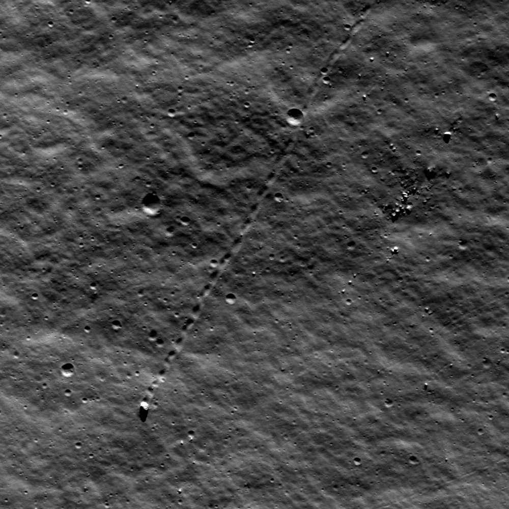 Sur la Lune, un bloc de 9 mètres a dévalé la pente du piton central du cratère Schiller. © Nasa/GSFC/Arizona State University
