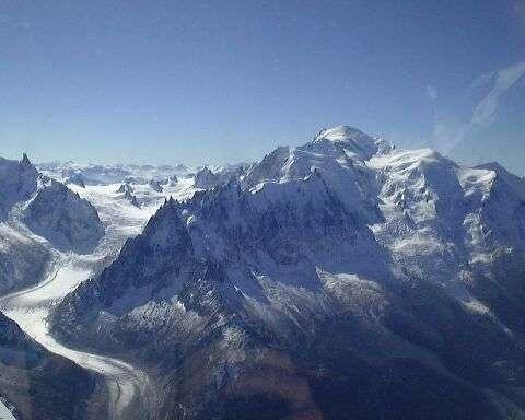 À cause du réchauffement climatique, des éboulements de roche sont observés de plus en plus fréquemment sur le massif du Mont-Blanc. © Zulu, Wikipédia, cc by sa 3.0