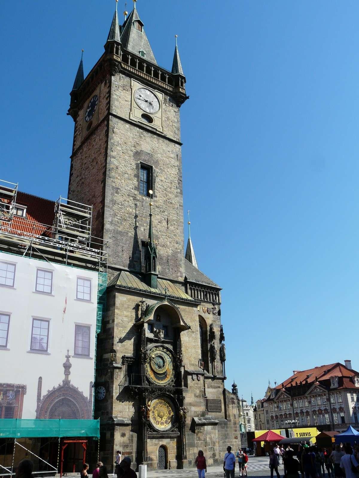 La façade sud du beffroi de l'Hôtel de ville de Prague et sa célèbre horloge astronomique. Crédit J-B Feldmann