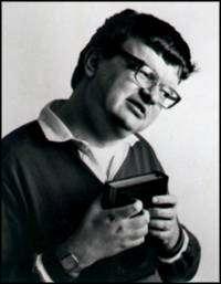 Kim Peek est l'homme qui a inspiré à Barry Levinson le scénario du film Rain Man. Autiste, il n'en était pas moins savant doté d'une mémoire dite éidétique, c'est-à-dire qu'il pouvait garder en mémoire une grande quantité d'images et de sons dans leurs moindres détails. Cette aptitude très particulière est cependant rare chez les personnes autistes. Né le 11 novembre 1951, Peek est décédé le 19 décembre 2009. © Darold A. Treffert