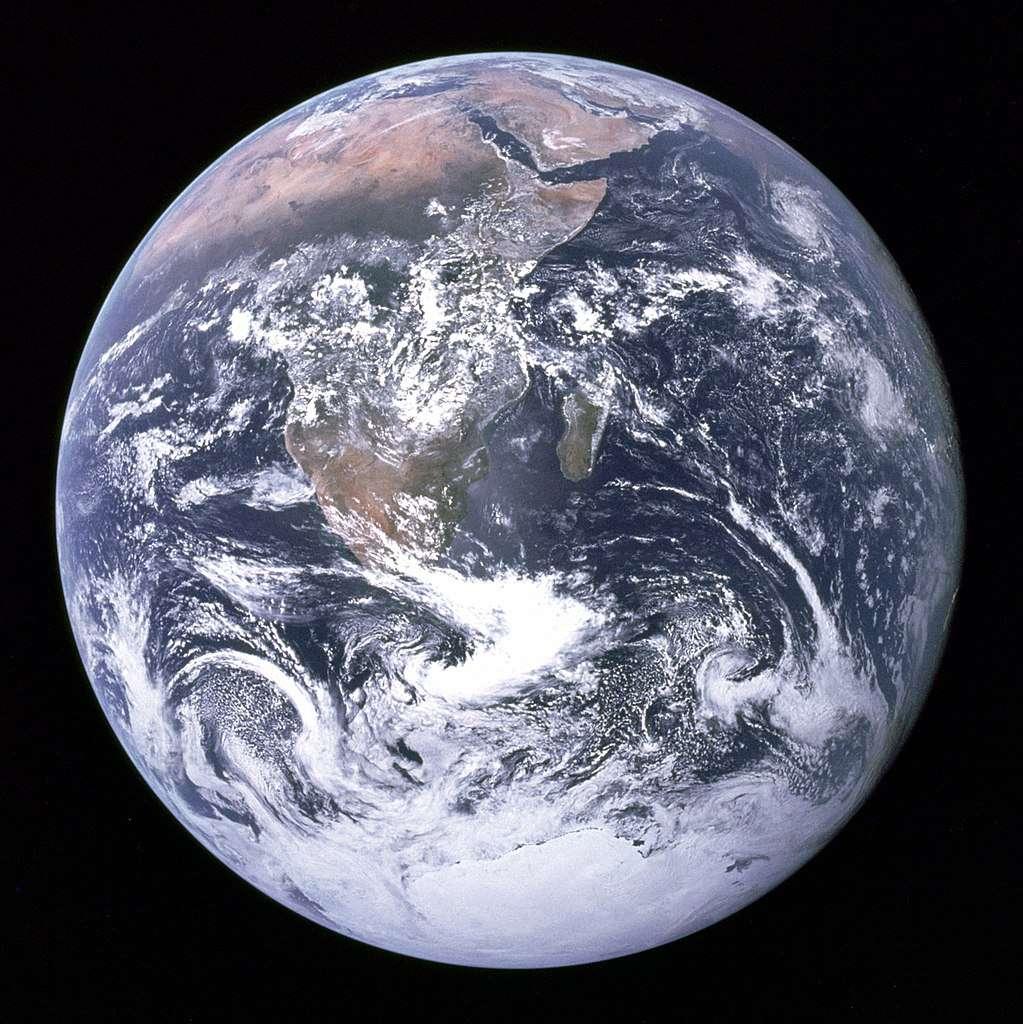 En 1972, les astronautes d'Apollo 17 prenait cette photographie de la Terre, une Bille Bleue dans l'espace. Presqu'un demi-siècle plus tard, l'astronaute Alexander Gerst qui fait depuis six mois lui aussi l'expérience de la beauté et de la fragilité de la Terre vue de l'ISS, nous donne une piqûre de rappel, sur fond de COP24 tendue à Katowice, en Pologne. © DP