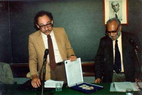 A gauche, Sidney R. Coleman et à droite le prix Nobel Abdus Salam à l'occasion de la remise de la médaille Dirac en 1991. Crédit : ICTP