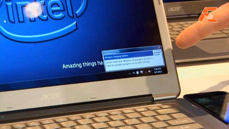 Capture extraite de la vidéo de démonstration Intel tournée lors du Computex 2012. On distingue dans le coin inférieur droit le smartphone qui a été placé juste à côté du flanc du PC portable. Tous deux sont équipés d'une puce WCT. Lorsque la puce WCT émettrice du PC portable détecte la présence de la puce réceptrice placée dans le smartphone, cela déclenche automatiquement la charge. Un logiciel de gestion apparaît dans la barre de notification Windows et permet à l'utilisateur de contrôler le processus. © Intel/FirstZomm.TV/YouTube
