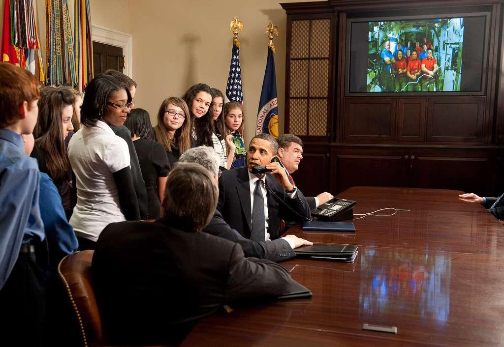 Le président Barack Obama, dans la salle Roosevelt de la Maison Blanche en conversation téléphonique avec les 11 astronautes à bord de la Station (17 février). Crédits Nasa/Bill Ingalls