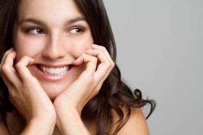 Selon la concentration en peroxyde d'hydrogène des produits de blanchiment, ils ne pourront être utilisés que par des professionnels de la santé dentaire. © Jason Stitt/shutterstock.com