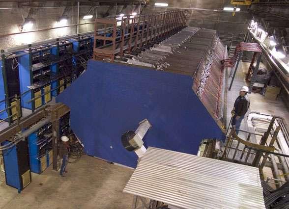 Une vue du détecteur Minos en cours d'installation avec ses 486 plaques d'acier équipées de photomultiplicateurs. Crédit : Fermilab