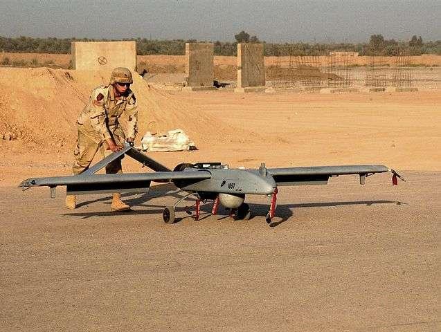 Reconvertir un modèle de drone militaire en point d'accès Wi-Fi pour les soldats déployés dans des zones reculées : c'est ce que la Darpa, l'agence de recherche et développement de l'armée états-unienne, a décidé de faire. Il s'agit du drone RQ-7 Shadow, qui a notamment servi lors de missions en Irak et en Afghanistan. © Spc. James B. Smith Jr, Wikimedia Commons, DP