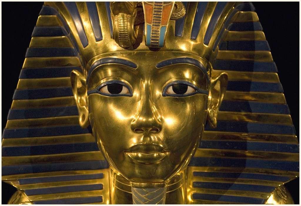 Ce masque funéraire était celui de Toutankhamon, fameux pharaon ayant connu un court règne, et une fin qui suscite bien des questions. A-t-on trouvé la réponse à cette énigme ? © Harry Potts, Flickr, cc by sa 2.0