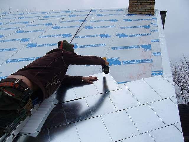 Un bardeau canadien est une protection efficace contre les intempéries qui protège les toitures. On voit ici son installation. © ARBRE ÉVOLUTION, CC BY-SA 2.0, Flickr