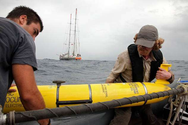 Au large des Marquises, dans l'océan Pacifique, un glider a été utilisé depuis le Tara, et non depuis la terre. Hervé Legoff et Mathieu Oriot sont ici en train de le récupérer. © Sybille d'Orgeval/Tara Expéditions