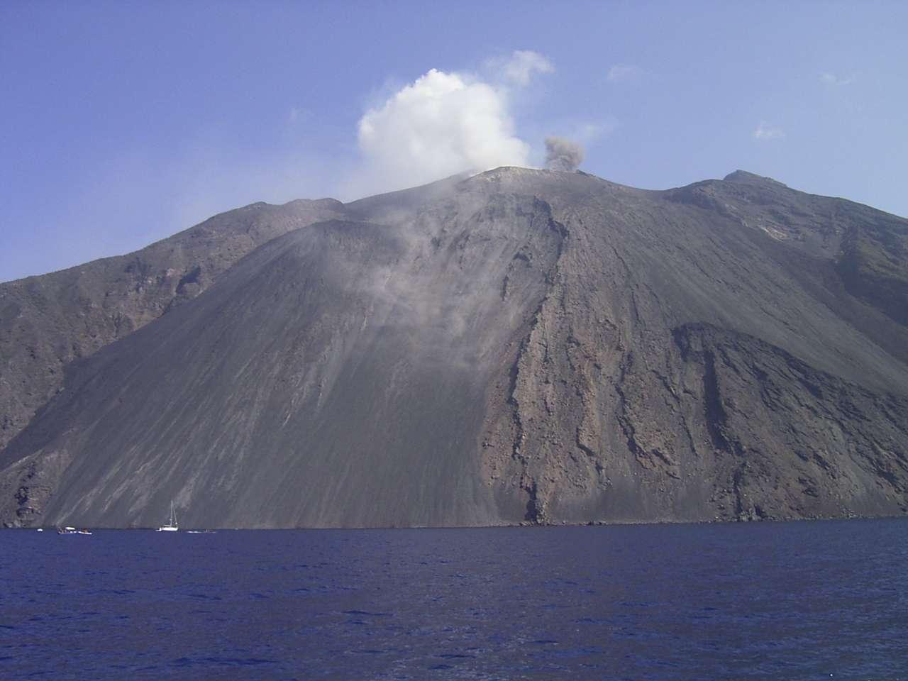 Lorsque des coulées de lave sont émises sur le Stromboli, elles dévalent généralement son flanc nord-est dans une zone appelée la Sciara del Fuoco (allée du feu), que l'on voit sur cette photo. Lors des explosions, des bombes volcaniques tombent sur cette Sciara et arrivent jusqu'à la mer. © Wikipédia, Denis Barthel