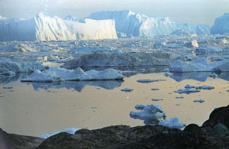 L'Arctique est la région qui entoure le pôle Nord. Si le taux de fonte de la glace dans le cercle arctique est souvent mis en exergue, on sait peu de choses sur son impact dans le cycle du carbone. Une étude suggère pourtant que la fonte du pergélisol peut bien être une rétroaction positive sur le réchauffement du climat. © Wikimedia Commons, GNU 1.2