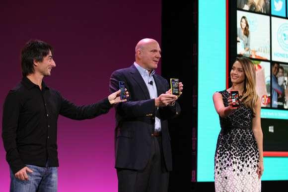 Joe Belfiore, le chef de la division Windows Phone, Steve Ballmer, le patron de Microsoft et l'actrice Jessica Alba lors de la conférence de presse annonçant la sortie de Windows Phone 8, à San Francisco (États-Unis) le 29 octobre 2012. © Microsoft