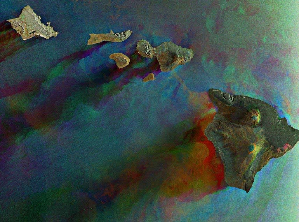 Cette image réalisée par Envisat montre six des huit îles volcaniques principales de Hawaï. De gauche à droite sont ainsi visibles : la grande île de Hawaï, Kahoolawe, Maui, Lanai, Molokai et Oahu. L'archipel compte aussi deux autres îles principales et 124 îlots.