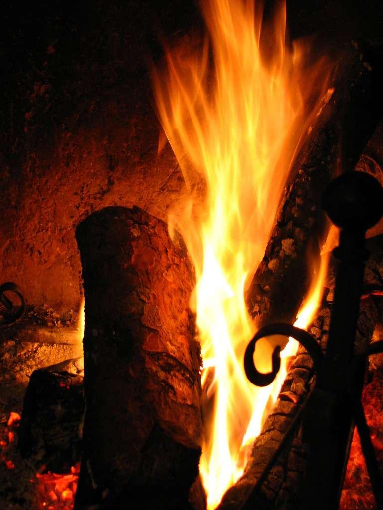 Une cheminée centrale, comme une cheminée suspendue, donne au salon une touche design et chaleureuse. © Conanil, Flickr, CC By 2.0