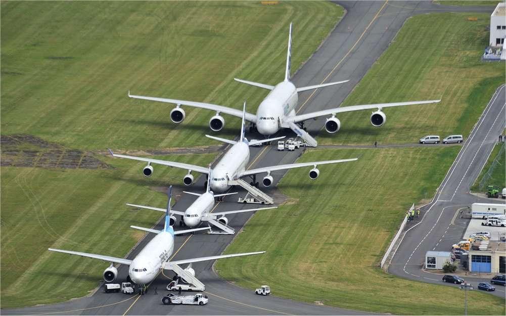 Quatre avions de ligne de la gamme Airbus. D'avant en arrière : l'A300 Zéro-G de Novespace, un A318, un A340 et un A380, à retrouver dans notre galerie de photos du salon 2011. © Alain Ernoult