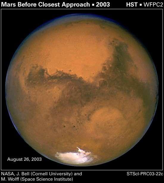 L'opposition martienne remarquable de 2003 permit au télescope spatial Hubble de réaliser cette très belle image... et à quelques farfelus de créer un hoax tenace. Crédit Nasa