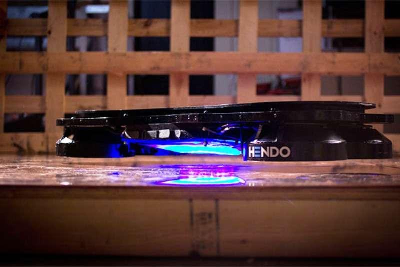 Des surfs capables de lévitation magnétique au-dessus d'une plaque métallique existent déjà mais imposent des supraconducteurs refroidis à l'azote liquide. Celui de la société Hendo n'en nécessite pas. Il repose sur une technologie de génération de champ magnétique répulsif, basée sur la loi de Lenz, prometteuse comme il est expliqué sur le site de Kickstarter. © Hendo 2014