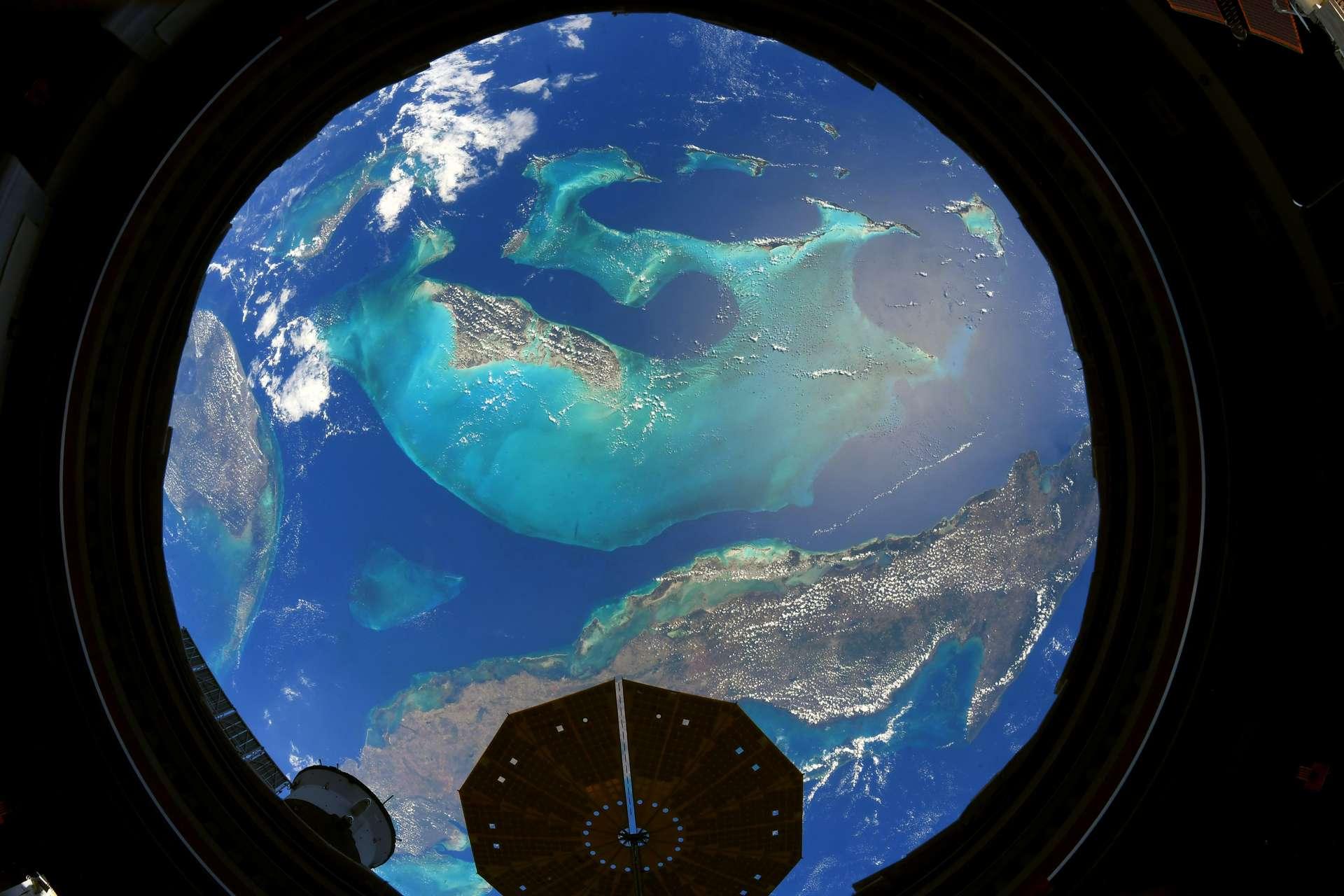 Toutes les couleurs des Bahamas dans une seule fenêtre de la Cupola. Une photographie prise en mai 2021. © Esa, Nasa, Thomas Pesquet