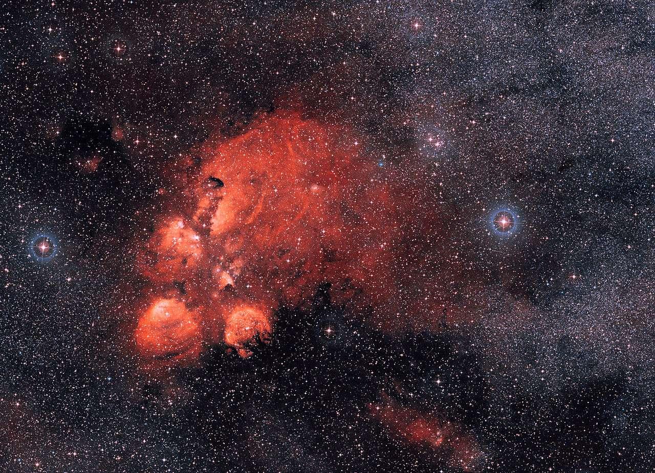 La nébuleuse de la Patte de Chat (NGC 6334) encore appelée nébuleuse de la Patte d'ours, est située dans la constellation du Scorpion à une distance d'environ 5.500 années-lumière du Soleil. Elle s'étend sur environ 50 années-lumière. Elle fut découverte par l'astronome britannique John Herschel en 1837. © Eso