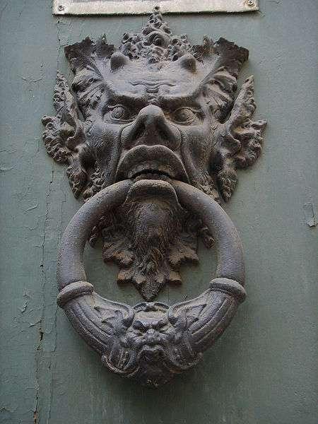 Il existe différents types de heurtoirs. Ici, un heurtoir à marmouset avec un anneau sur une porte de Florence. © Sailko, CC BY-SA 3.0, Wikimedia Commons