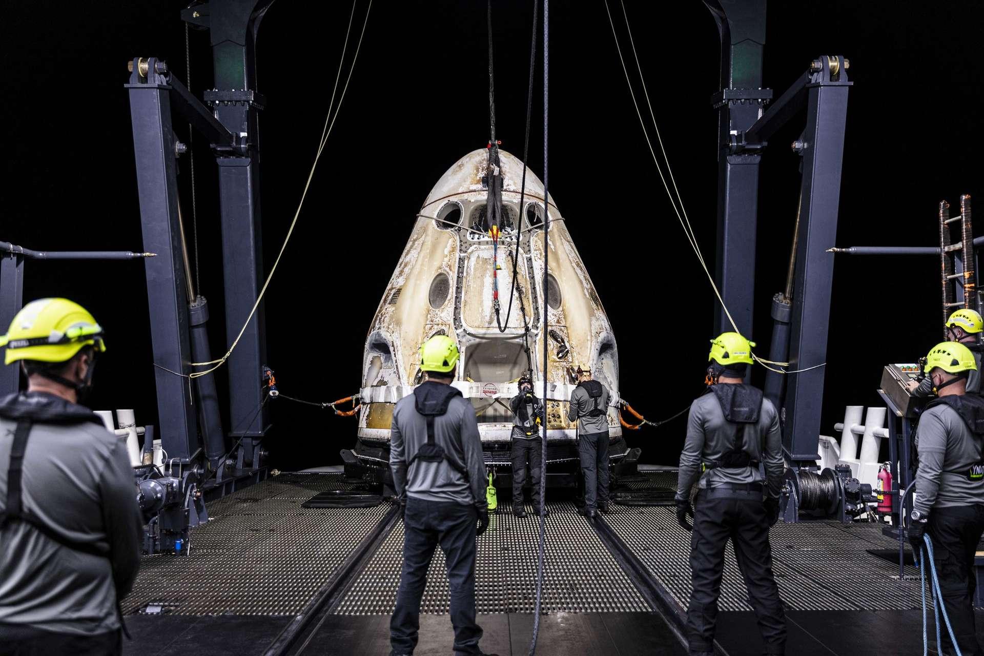 Le vaisseau de transport Crew-1 lors de sa récupération au large de la Floride. © SpaceX