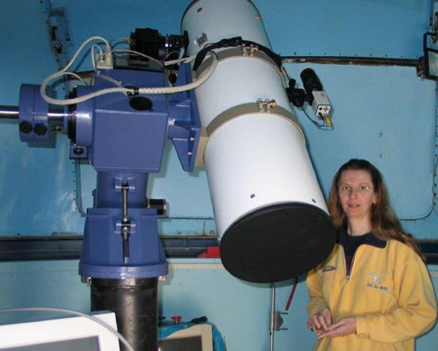 Claudine Rinner pose devant l'un de ses télescopes à l'observatoire de Dax. © C. Rinner