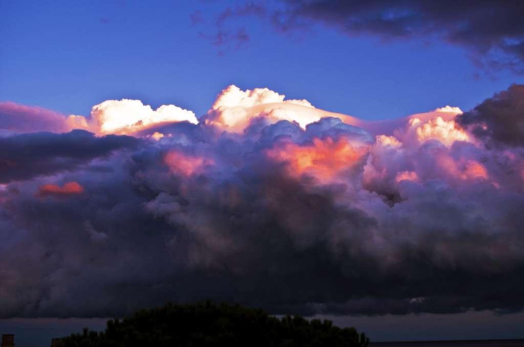 Suivant sa forme et son altitude, le nuage peut réchauffer ou refroidir l'atmosphère. Le mécanisme de formation de la couverture nuageuse est l'une des plus grandes incertitudes en prévision climatique. © cremona daniel, Flickr, cc by 2.0