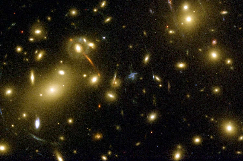 Une image prise avec le télescope Hubble de l'amas de galaxies riche en matière noire Abell 2218. Des effets de lentille gravitationnelle sont bien visibles. Crédit : Andrew Fruchter