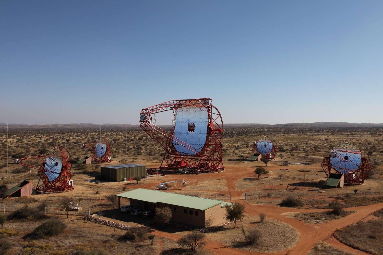 Le télescope Cherenkov Hess II trône désormais au milieu de ses 4 petits frères. © Hess Collaboration, Clementina Medina