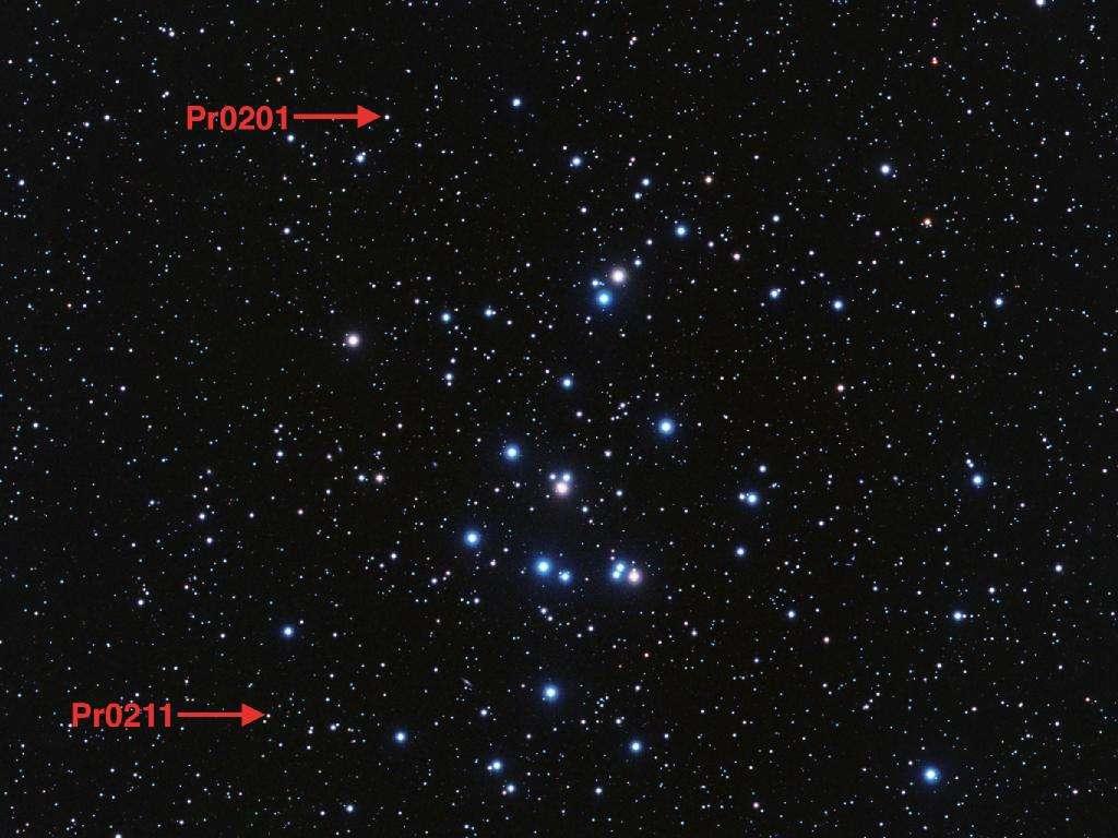 Cette image montre l'amas ouvert Praesepe. Les deux exoplanètes que l'on y a découvert sont en orbite autour des étoiles indiquées par les deux flèches. © Nasa