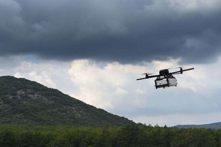 Présenté le 29 septembre, le drone de 3,7 kg, à six rotors, est capable de transporter 3 kg sur 20 km. © AFP Photo, Boris Horvat