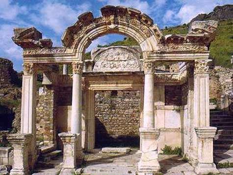 Le Temple d'Hadrien. Source Commons