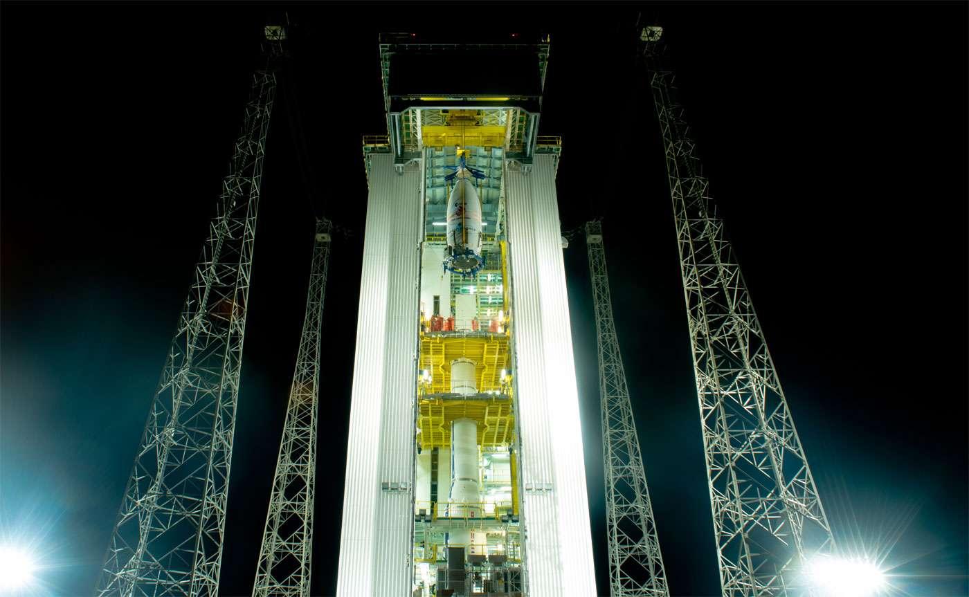 Installation du satellite Lisa Pathfinder à l'intérieur de la coiffe, sur l'étage supérieur du lanceur Vega d'Arianespace. © Esa, M. Pedoussout